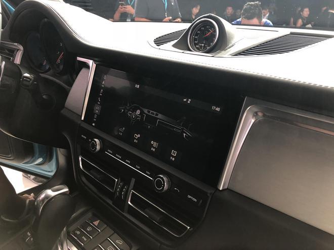 移至中控屏下方,众多功能按键依然集中在挡杆左右,标志性的保时捷风格